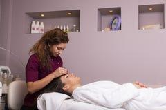 Jovens mulheres que têm um tratamento cosmético Imagem de Stock Royalty Free