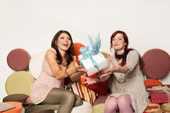 Jovens mulheres que travam o presente foto de stock royalty free