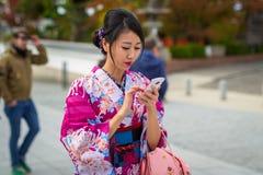 Jovens mulheres que vestem quimonos japoneses tradicionais Imagem de Stock