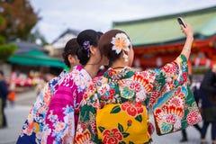 Jovens mulheres que vestem quimonos japoneses tradicionais Imagens de Stock Royalty Free