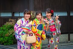 Jovens mulheres que vestem quimonos japoneses tradicionais Fotografia de Stock Royalty Free