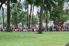 Jovens não identificados que apreciam um parque no saigon Fotografia de Stock Royalty Free