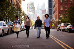 Jovens na cidade imagens de stock royalty free
