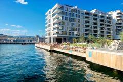 Jovens na praia sintética no distrito moderno Oslo, Noruega fotos de stock