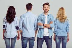 Jovens nas calças de brim Fotografia de Stock Royalty Free