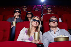 Jovens no cinema 3D Foto de Stock Royalty Free