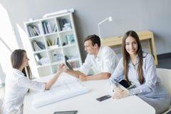 Jovens no escritório Fotos de Stock