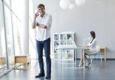 Jovens no escritório Foto de Stock