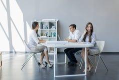 Jovens no escritório Fotografia de Stock Royalty Free