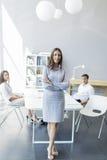 Jovens no escritório Imagem de Stock Royalty Free