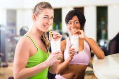 Jovens no Gym foto de stock royalty free
