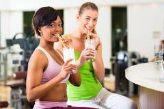 Jovens no Gym imagens de stock royalty free