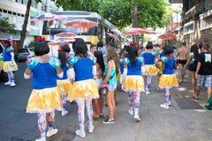Jovens no traje que tem o divertimento no carnaval do pessoa livre no Rio Foto de Stock
