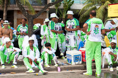 Jovens no uniforme que tem o divertimento no carnaval do pessoa livre no Rio Fotografia de Stock