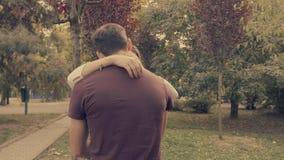 Jovens nos pares do amor que beijam no parque filme
