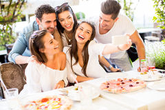 Jovens pela tabela Foto de Stock Royalty Free