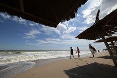 Jovens que andam na praia no mar em Vama Veche, Romênia Fotografia de Stock Royalty Free
