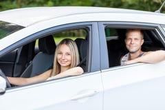 Jovens que apreciam um roadtrip no carro fotos de stock royalty free