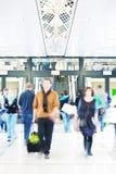 Jovens que apressam-se através do corredor, borrão de movimento Imagem de Stock