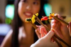 Jovens que comem no restaurante Fotografia de Stock