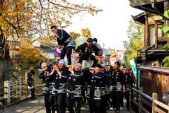 Jovens que comemoram um festival da causa na cidade velha de Hida Takayama, Japão Foto de Stock