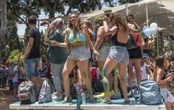 Jovens que dançam em Pride Parade alegre Foto de Stock