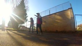 Jovens que dançam no estilo do breakdance da rua vídeos de arquivo