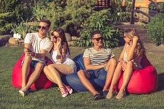 Jovens que descansam fora imagens de stock royalty free