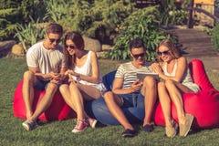 Jovens que descansam fora fotos de stock royalty free