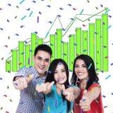 Jovens que dão os polegares acima Imagem de Stock