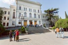 Jovens que encontram-se e que falam perto da universidade estadual de Tbilisi, estabelecida 1918 Imagem de Stock