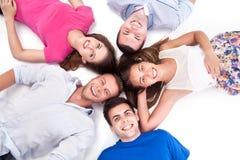 Jovens que encontram-se para baixo ao redor Fotos de Stock