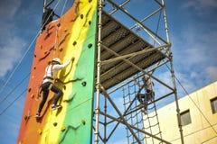 Jovens que escalam em uma feira Imagem de Stock Royalty Free
