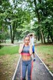 Jovens que exercitam no parque da cidade imagem de stock