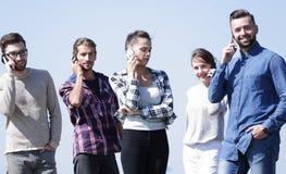 Jovens que falam em seus smartphones fotografia de stock royalty free