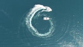 Jovens que fazem watersports com barco da velocidade video estoque