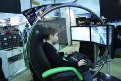 Jovens que jogam jogos de vídeo Fotografia de Stock Royalty Free