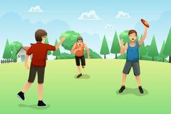 Jovens que jogam o frisbee Imagens de Stock