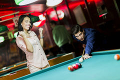 Jovens que jogam a sinuca em um bar do clube Foto de Stock