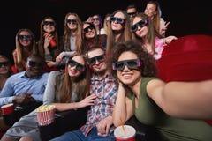 Jovens que olham o filme 3D no teatro de filme Foto de Stock Royalty Free