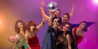 Jovens que partying com bola do disco Foto de Stock Royalty Free
