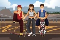 Jovens que penduram para fora fora com skate Fotos de Stock Royalty Free