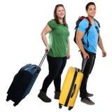 Jovens que puxam o holid de viagem das férias do curso da bagagem do saco imagens de stock
