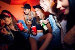 Jovens que refrigeram no partido fresco foto de stock royalty free