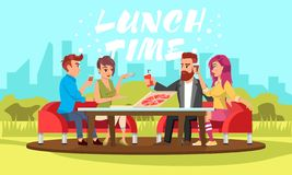 Jovens que sentam-se na tabela com bebidas e na pizza no parque Tempo de rotulação branco do almoço do vetor ilustração royalty free