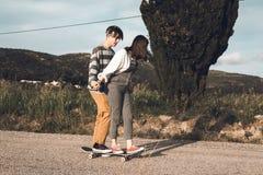 Jovens que skateboarding e que t?m o divertimento fotografia de stock