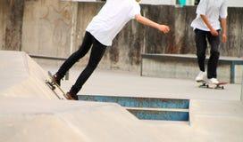 Jovens que skatebording no verão em Dinamarca Fotos de Stock Royalty Free