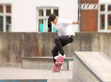 Jovens que skatebording no verão em Dinamarca foto de stock