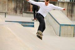 Jovens que skatebording no verão em Dinamarca Fotografia de Stock