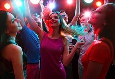 Jovens que têm a dança do divertimento imagem de stock royalty free